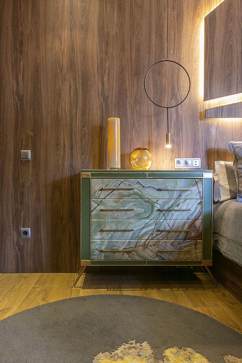 Consola de onix verde que decora el dormitorio principal